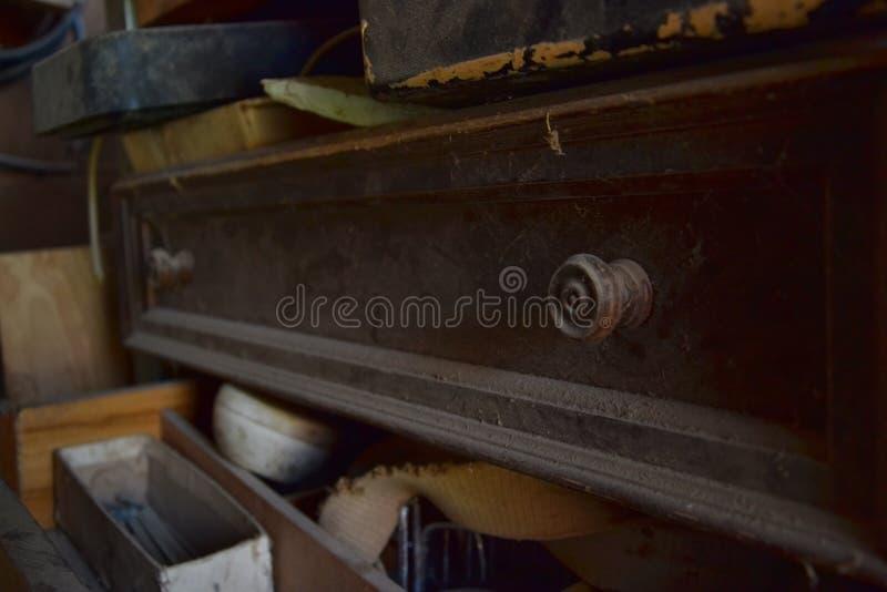 Antikes staubiges Fach in einer alten Werkstatt lizenzfreie stockbilder