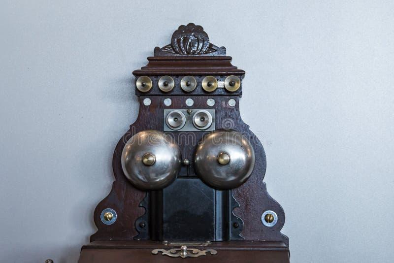 Antikes Telefon hölzern stockfotos