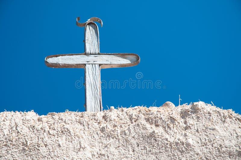 Antikes weißes Kreuz auf Gebäude des luftgetrockneten Ziegelsteines im New Mexiko lizenzfreies stockfoto