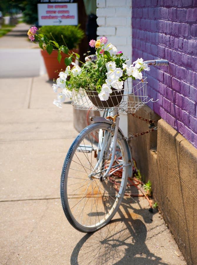 Antikes Weinlese-Fahrrad stockfotos