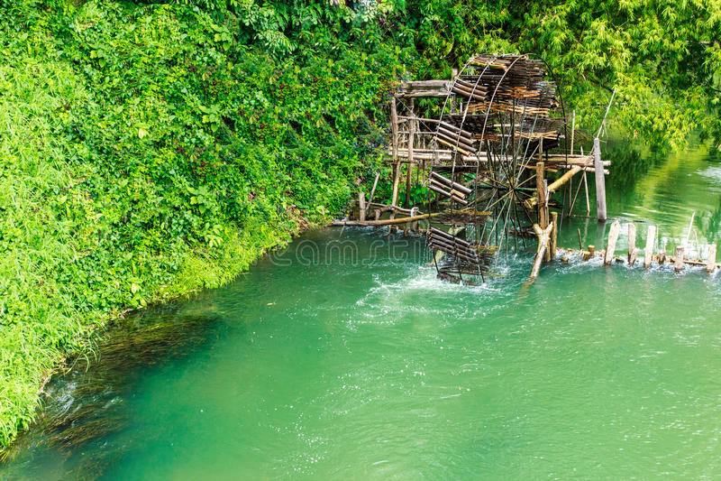 Antikt bambuvattenhjul. bruket av vattenkraft för irrigati royaltyfri fotografi