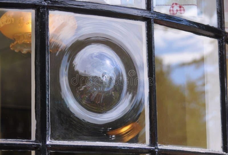 Antikt engelskt kronaexponeringsglasf?nster royaltyfria bilder