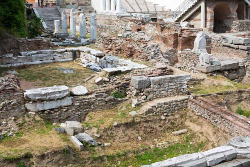 Antikt forum med Odeon i Plovdiv, Bulgarien royaltyfri fotografi