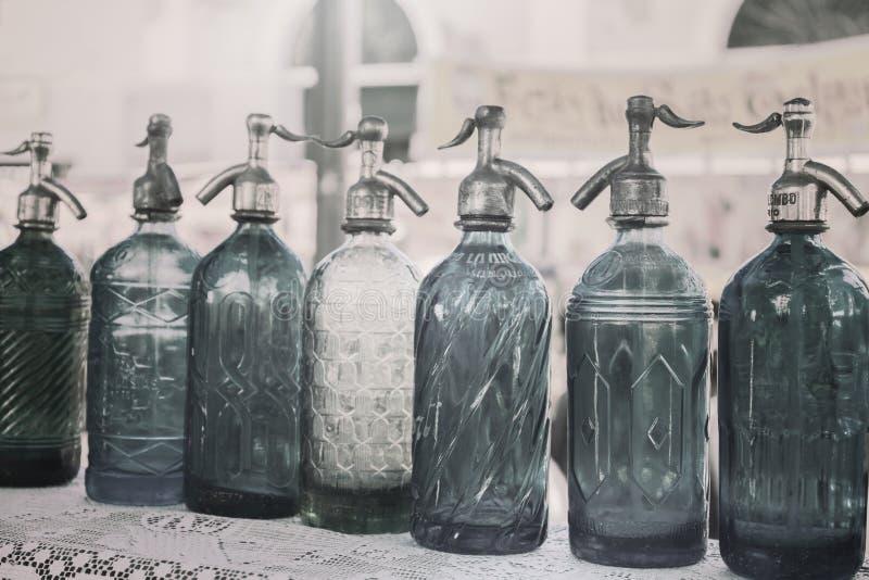 Antikt hävertflaskexponeringsglas i loppmarknaden, Buenos Aires, Argentina kartlägga för filter royaltyfria bilder