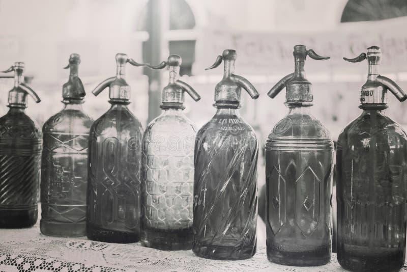 Antikt hävertflaskexponeringsglas i loppmarknaden, Buenos Aires, Argentina kartlägga för filter arkivbild