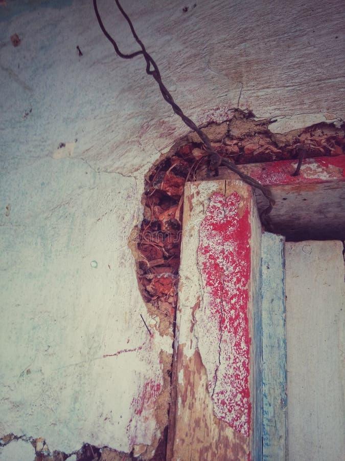 Antikt hörn av en brun dörr royaltyfria bilder