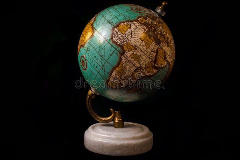 Antikt jordklot med en guld- hållare royaltyfri fotografi