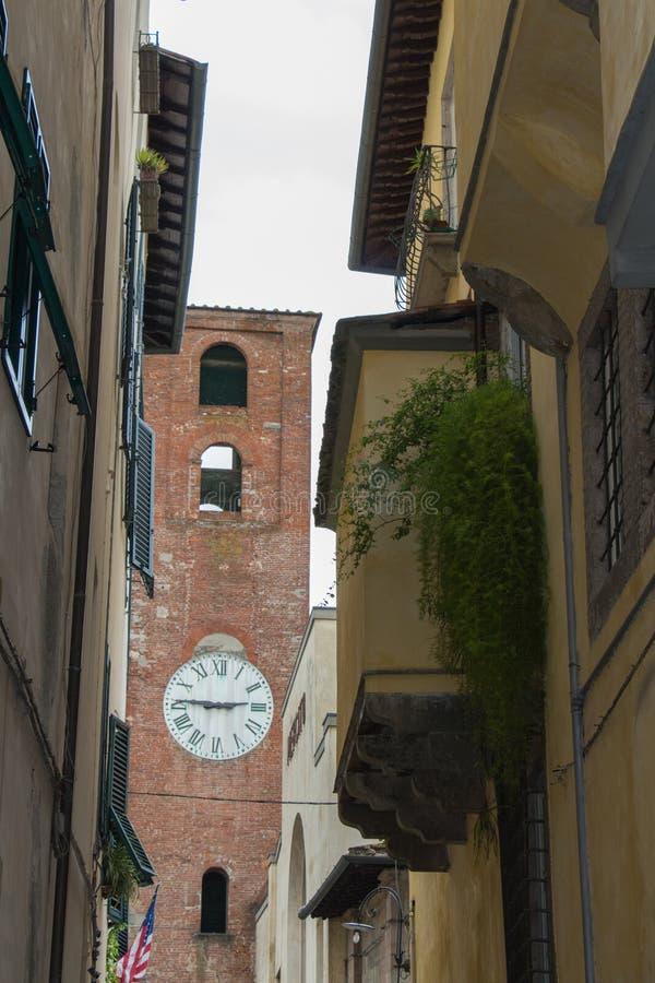 Antikt klockatorn i Lucca tuscany italy fotografering för bildbyråer