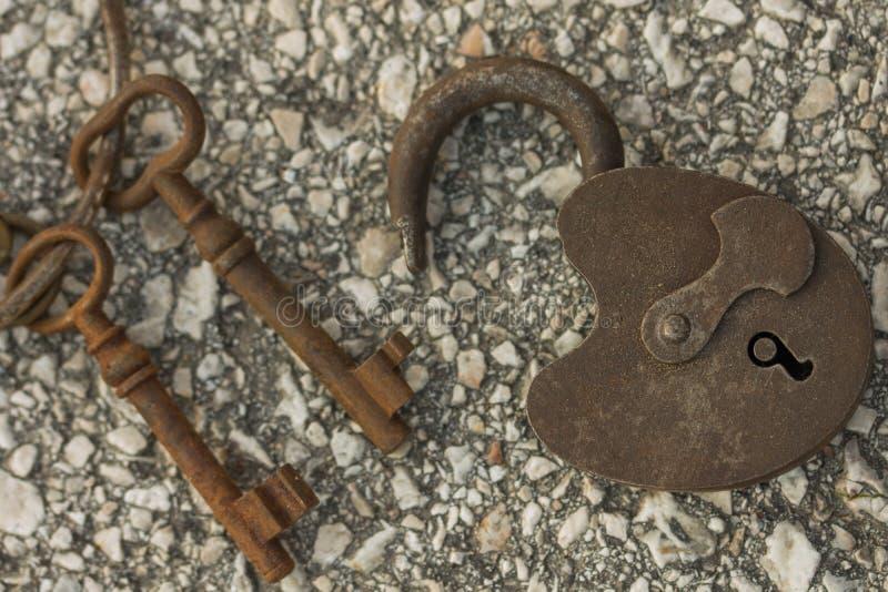 Antikt lås med rostiga tangenter fotografering för bildbyråer