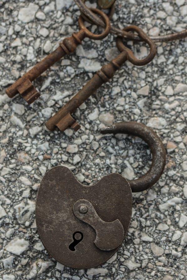 Antikt lås med rostiga tangenter arkivbild