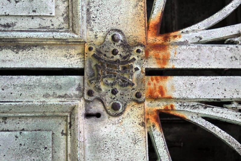 Antikt lås på rostig dörr royaltyfri fotografi