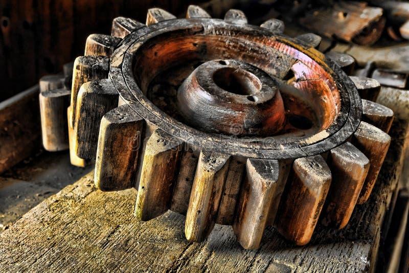antikt maskinerihjulträ royaltyfri foto