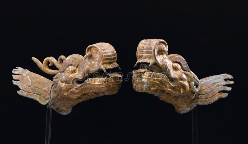 Antikt metalldrakehuvud royaltyfri bild
