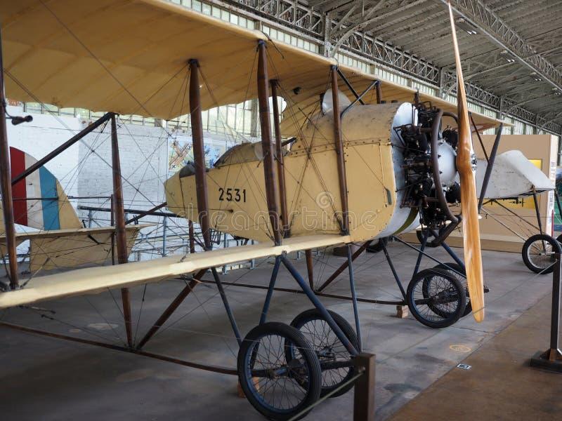Antikt militärt flygplan på kungligt museum för skärm av beväpnat för arkivfoton