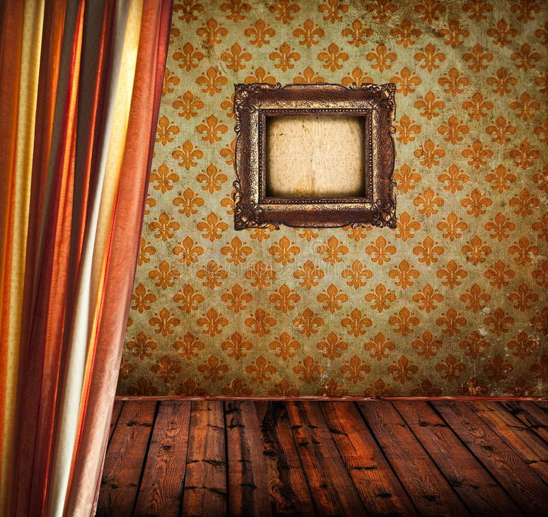 Antikt rum med gardinträgolvet och den tomma guld- ramen arkivbilder