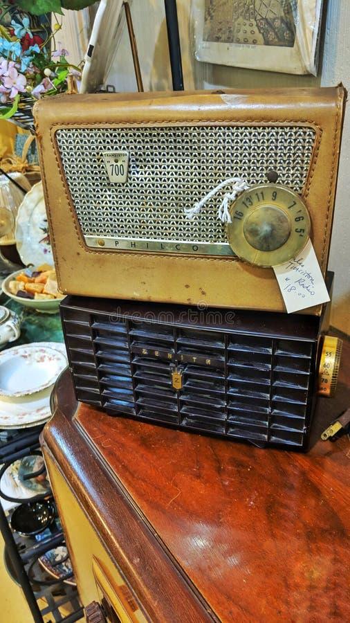 Antikt shoppa tappningradiodetaljer arkivbild