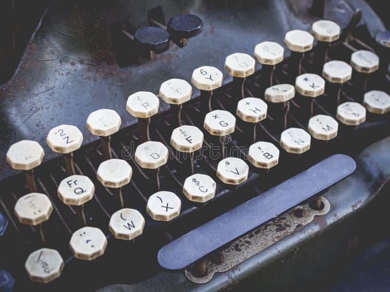 Antikt skrivmaskinstappningobjekt knäppas tätt upp arkivbilder