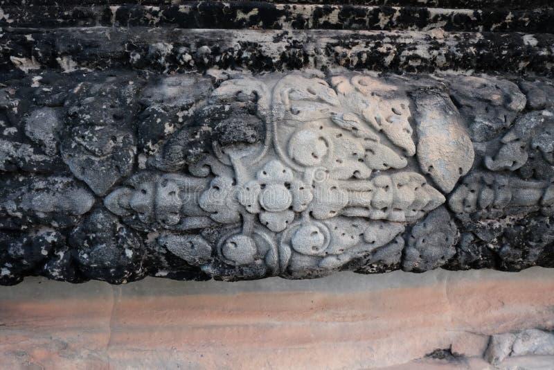Antikt snida f?r sten Ett exempel av stenen som snider som göras i medeltida Indokina arkivbild