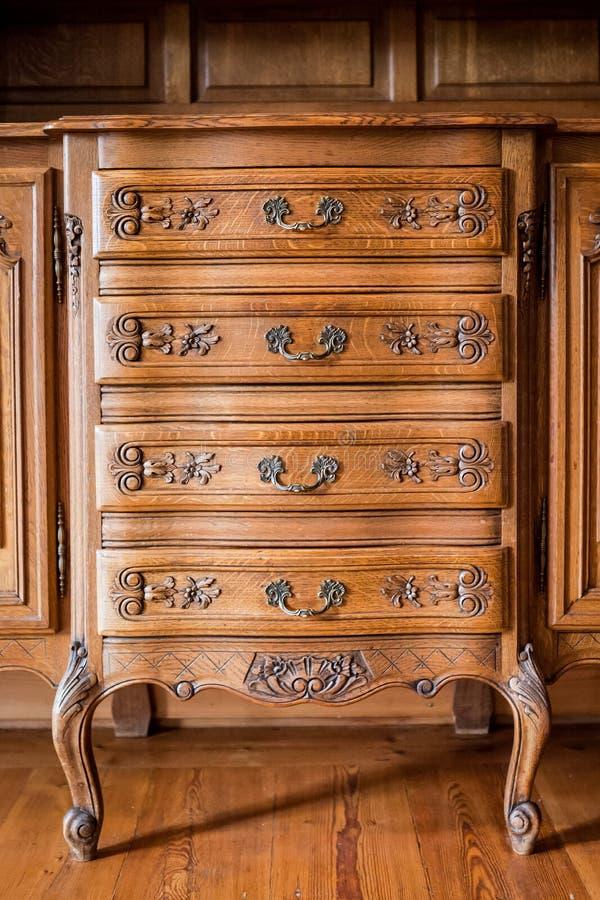 Antikt trä sniden byrå royaltyfri fotografi