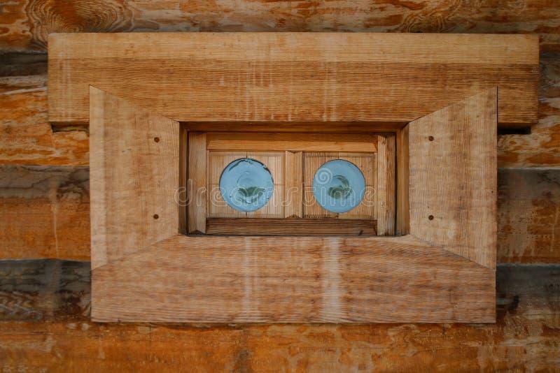 Antikt träfönster med små runda gröna exponeringsglas royaltyfria bilder