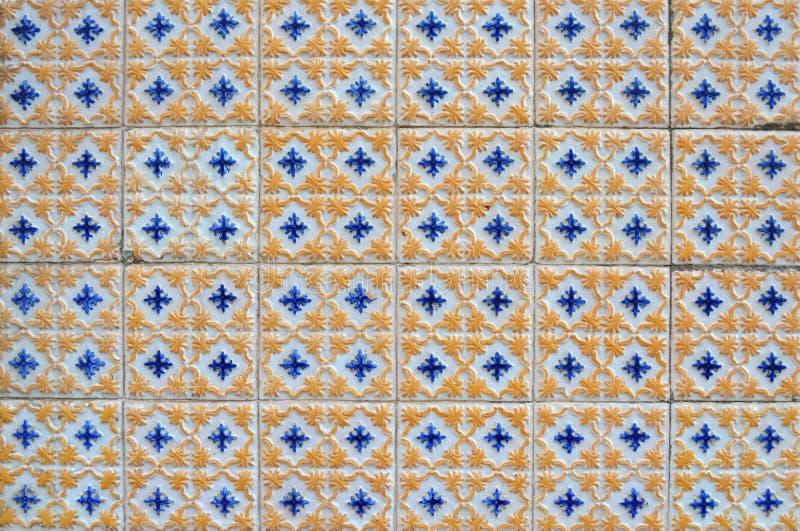 Antikvitet texturerade portugisiska tegelplattor arkivfoton