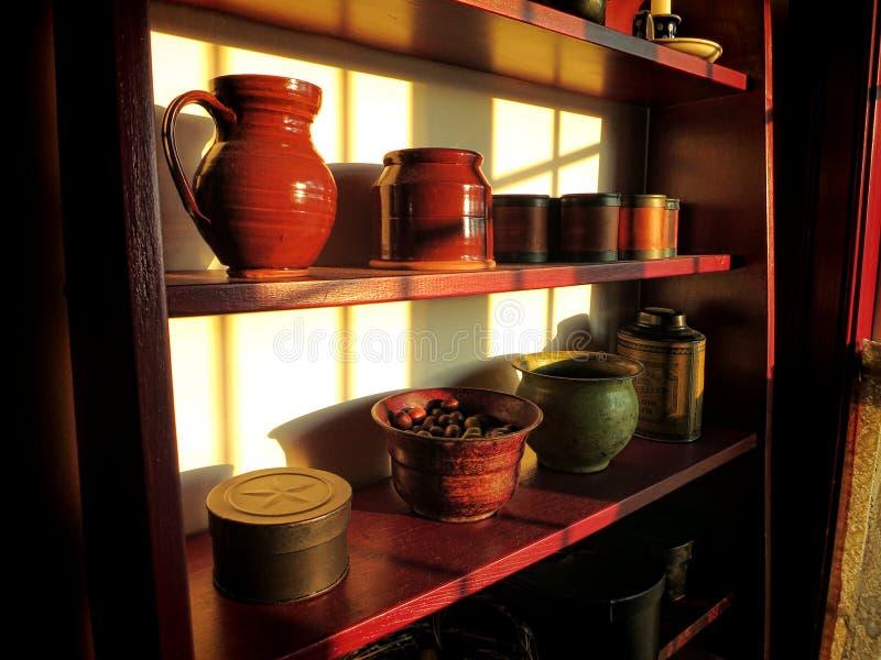 Antikviteten anmärker på gammal Wood hylla i historiskt hem fotografering för bildbyråer