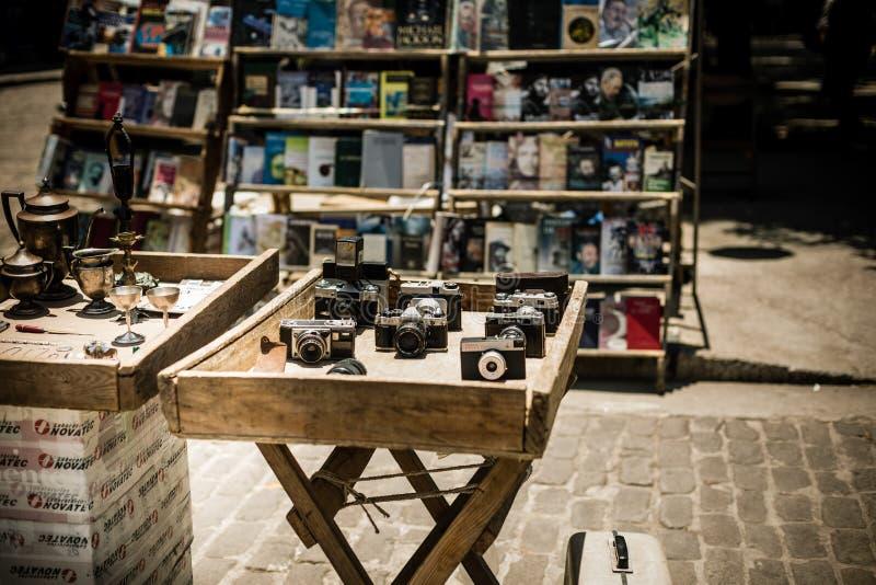 Antikviteten använde kameror på skärm på en utomhus- marknad royaltyfri bild
