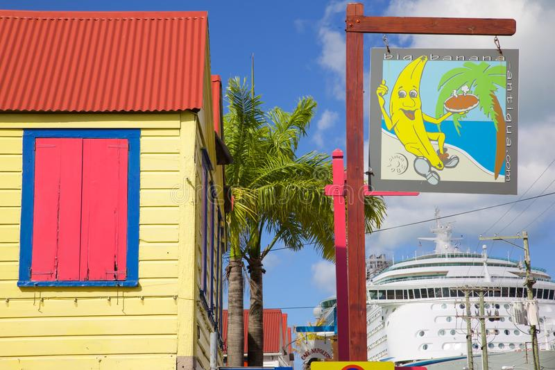 Antillen, Karibische Meere, Antigua, St Johns, buntes Zeichen auf Straße u. Kreuzschiff Redcliffe stockbild
