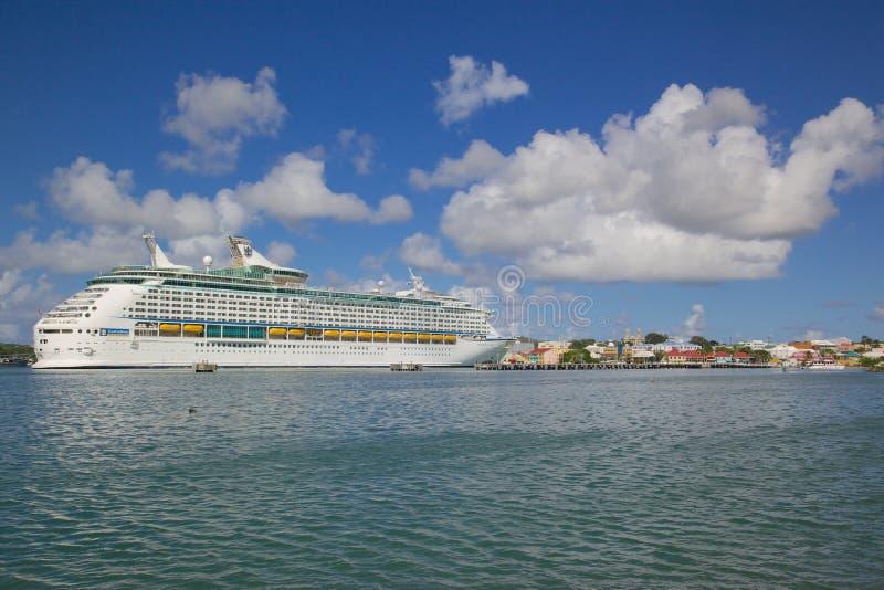 Antillen, Karibische Meere, Antigua, St Johns, Kreuzschiff im Hafen stockfotos