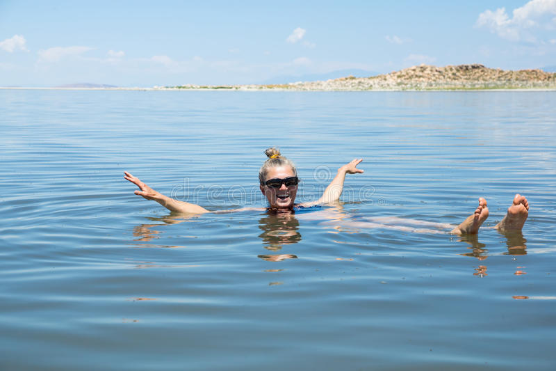 Antilopödelstatspark (UT): Kvinnabadning i vattnet av royaltyfria bilder