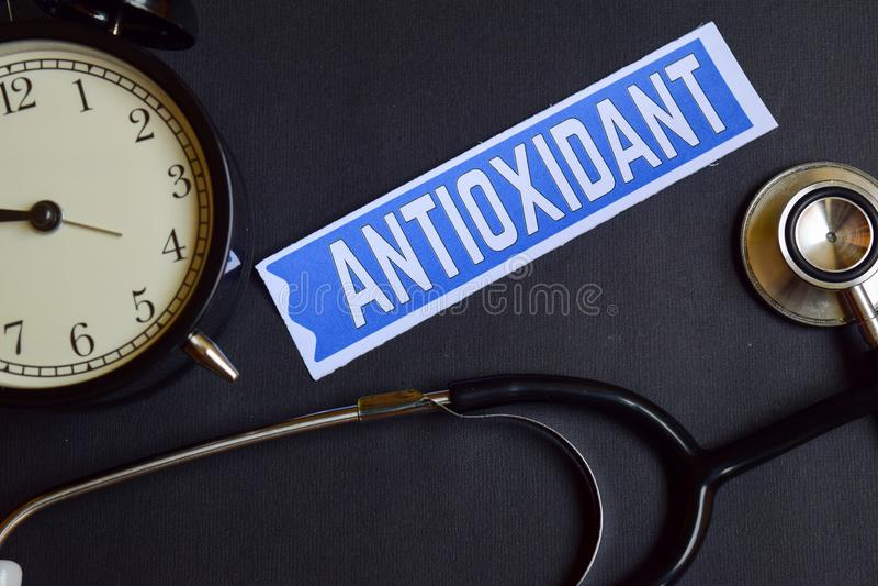 Antiossidante sulla carta con ispirazione di concetto di sanità sveglia, stetoscopio nero fotografie stock