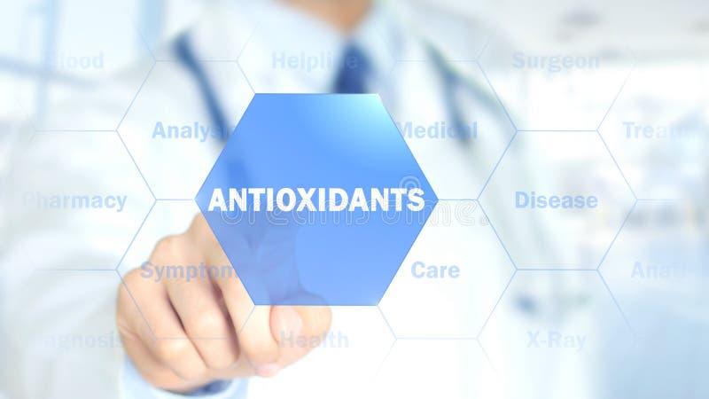 Antiossidanti, medico che lavora all'interfaccia olografica, grafici di moto fotografie stock