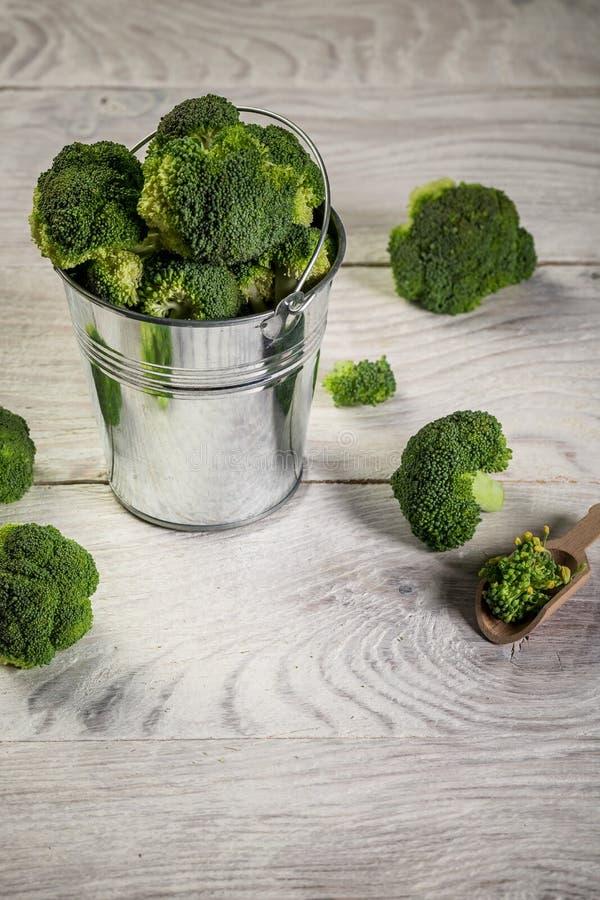 Antioxidante potente de brócolis destaca-se como a fonte mais concentrada de vitamina C Brócolis no chão de madeira imagem de stock royalty free