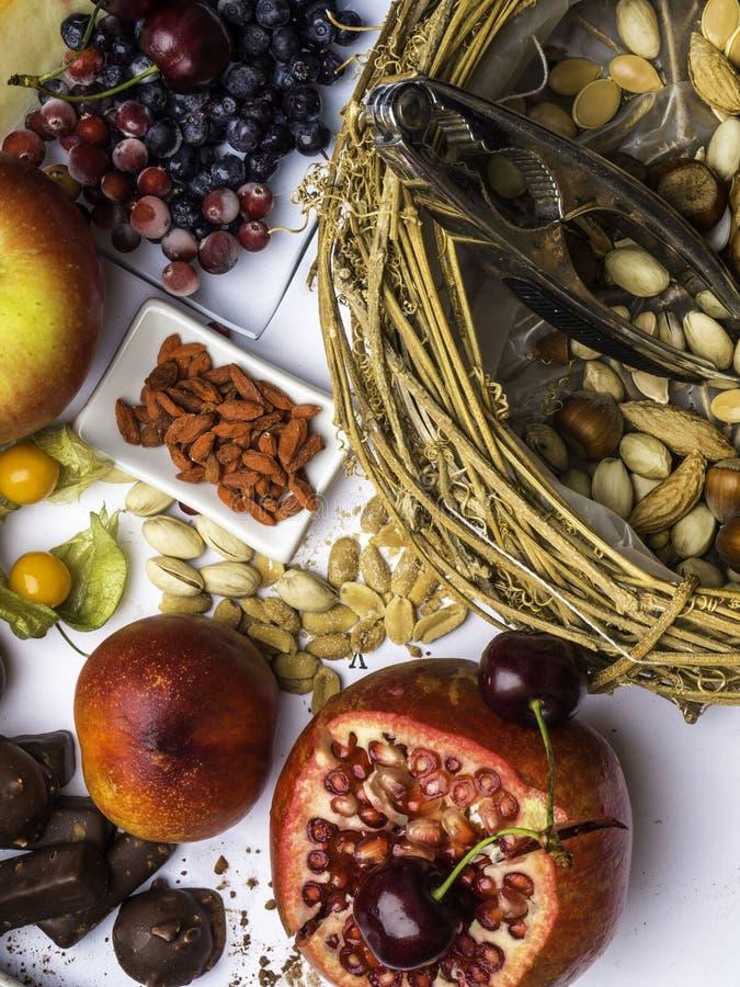 Antioxidantes, comida del resveratrol como té verde, uva, arándano, albaricoque, manzana, cacao, tomates, granada, physalis, oscu foto de archivo