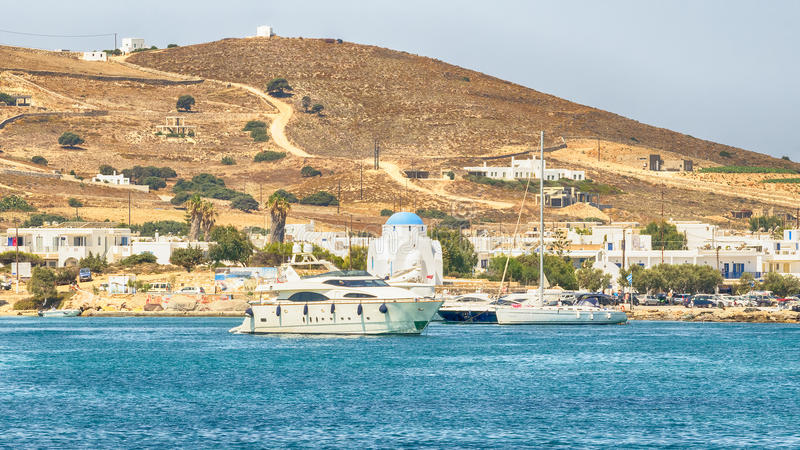 Antiparoshaven in Griekenland met een traditionele witte kerk die zich in het midden bevinden stock afbeeldingen