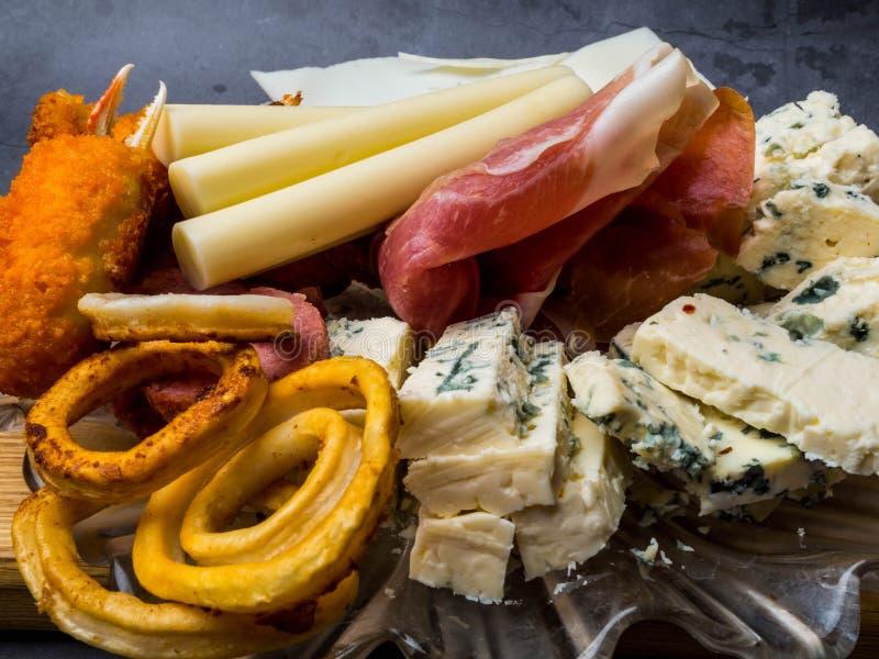 Antipasti et plateau de approvisionnement avec diff?rents produits ? base de viande et de fromage images stock