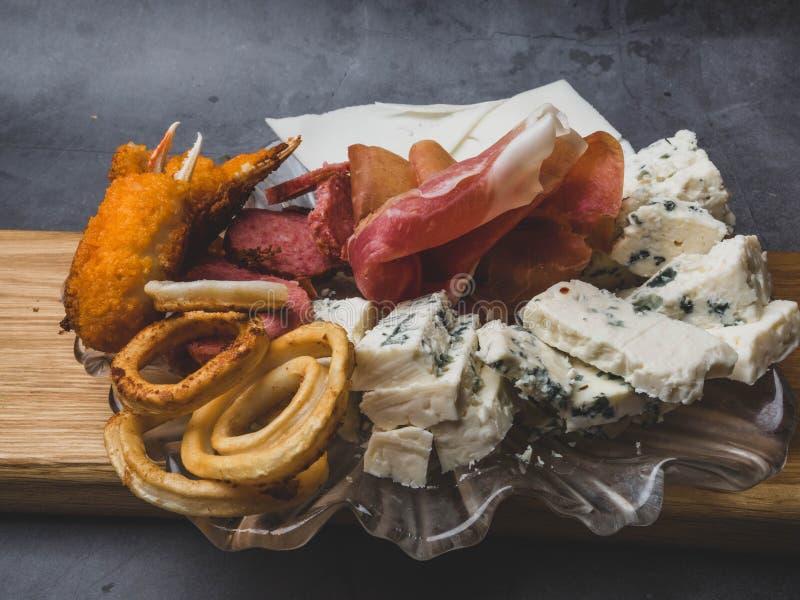 Antipasti et plateau de approvisionnement avec diff?rents produits ? base de viande et de fromage photographie stock libre de droits