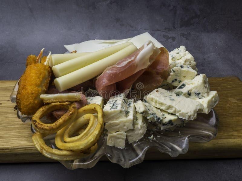 Antipasti et plateau de approvisionnement avec diff?rents produits ? base de viande et de fromage photos stock