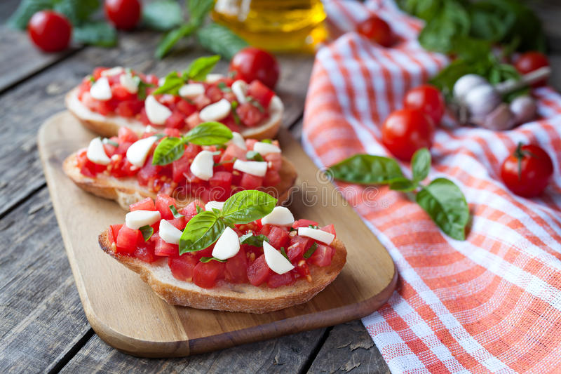 Antipasti italianos tradicionais caseiros do bruschetta foto de stock royalty free
