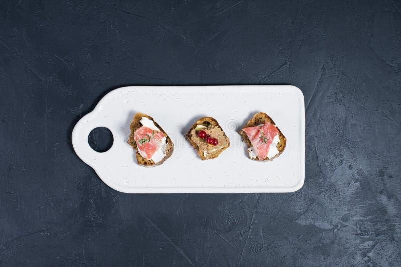 Antipasti italiens avec le p?t?, le Parme et le salami sur le pain grill? photos libres de droits