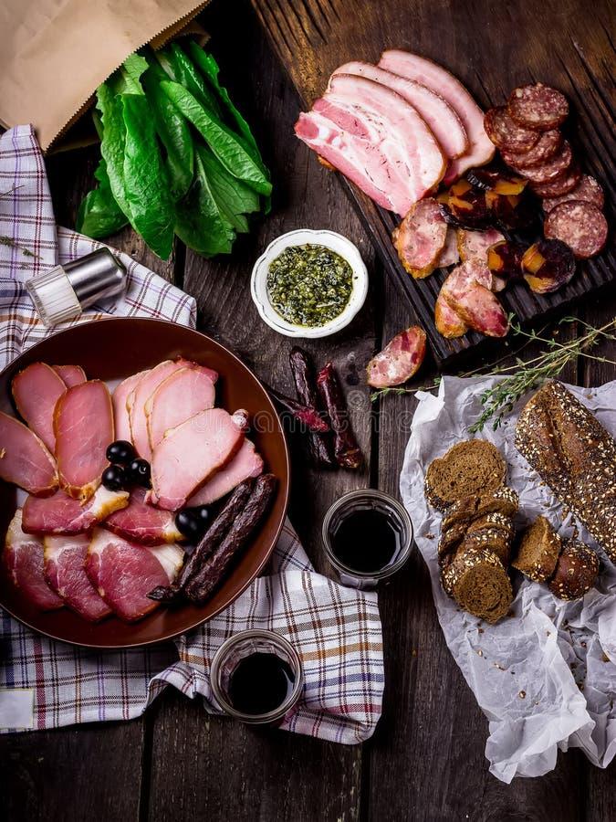 Antipasti och sköta omuppläggningsfat med olika köttprodukter arkivfoton