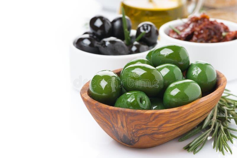 Antipasti - Oliven, Essiggurken, Olivenöl, frischer Rosmarin lizenzfreie stockfotos