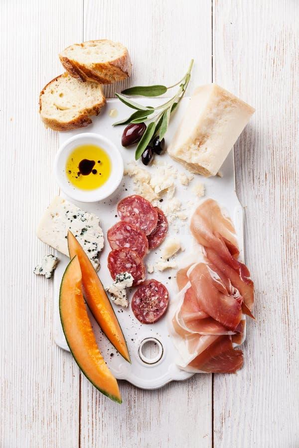 Antipasti Schinken, Käse, Melone stockfoto