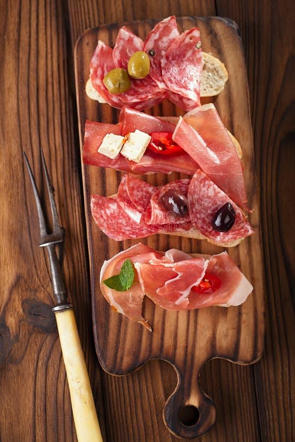 Antipasti-Servierplatte von Cured Fleisch, jamon, Oliven, Wurst, salam stockfotografie
