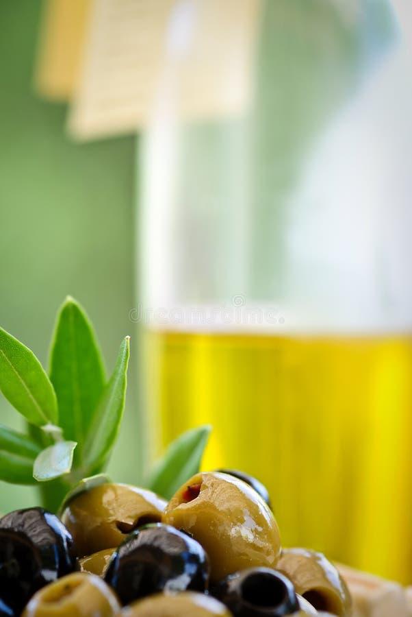 Antipasti - verdes y aceitunas negras y aceite de oliva imagenes de archivo
