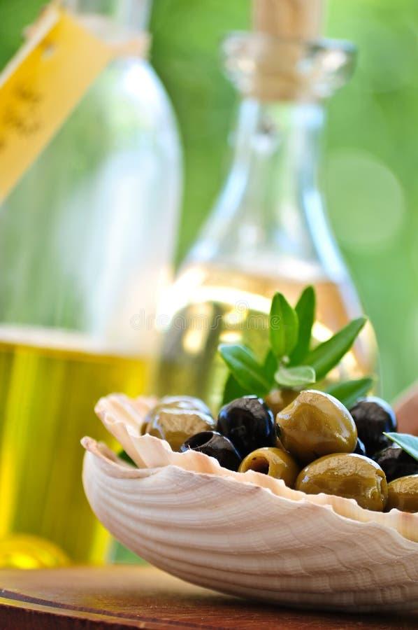 Antipasti - verdes y aceitunas negras y aceite de oliva imágenes de archivo libres de regalías