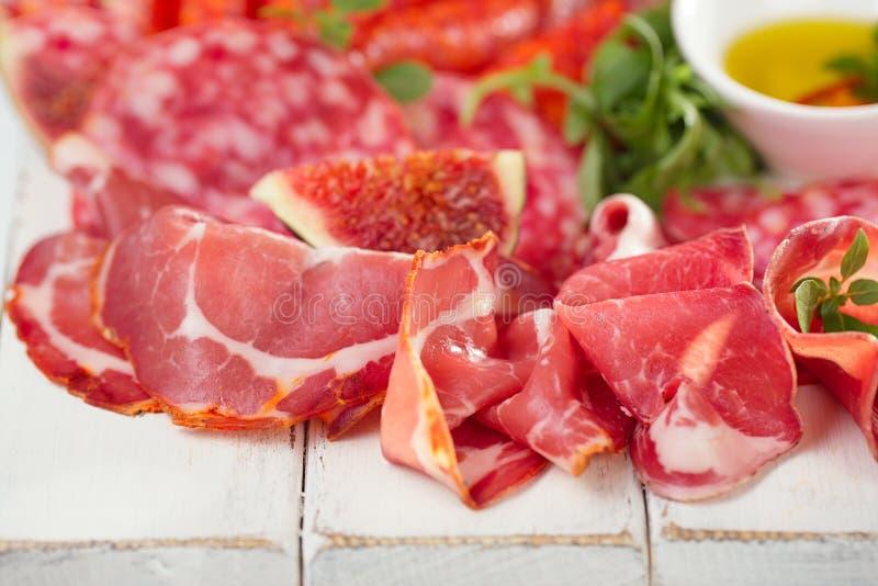 Antipastiuppläggningsfat av Cured kött, jamon, korv, salame på whi arkivfoton