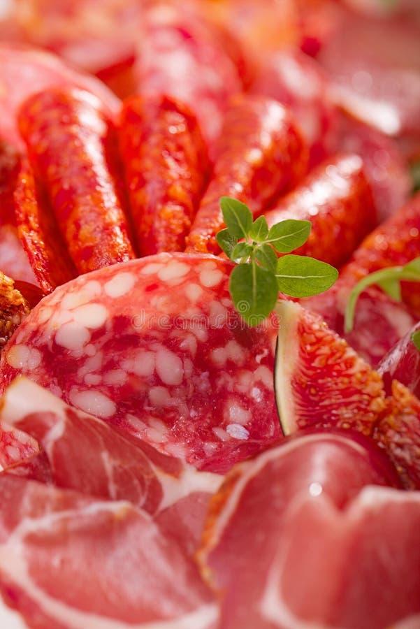 Antipastiuppläggningsfat av Cured kött, jamon, korv, salamecloseu fotografering för bildbyråer