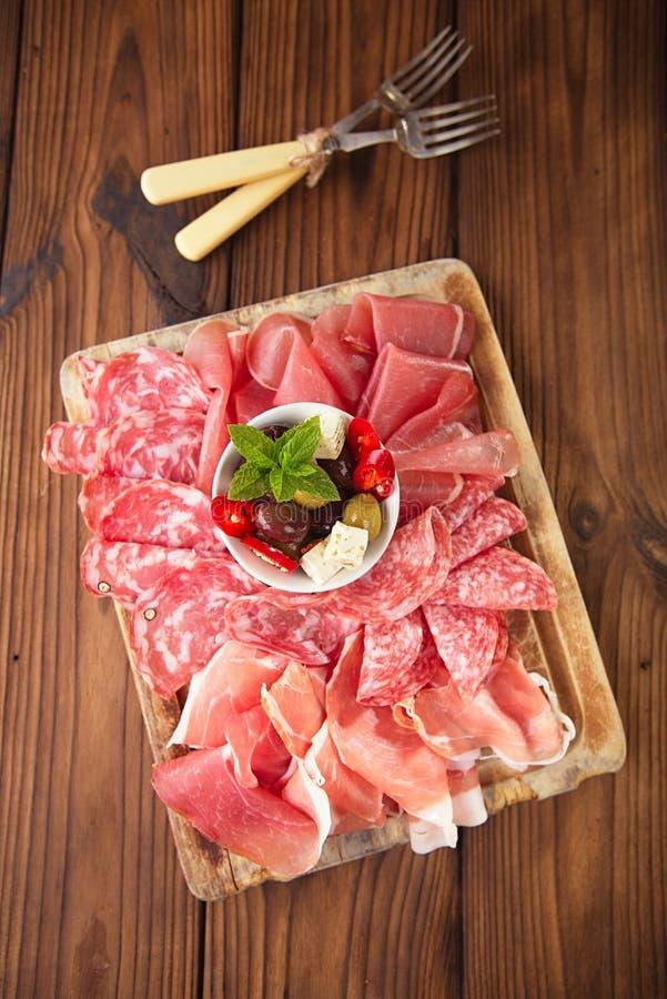 Antipastiuppläggningsfat av Cured kött, jamon, oliv, korv, salam royaltyfri fotografi