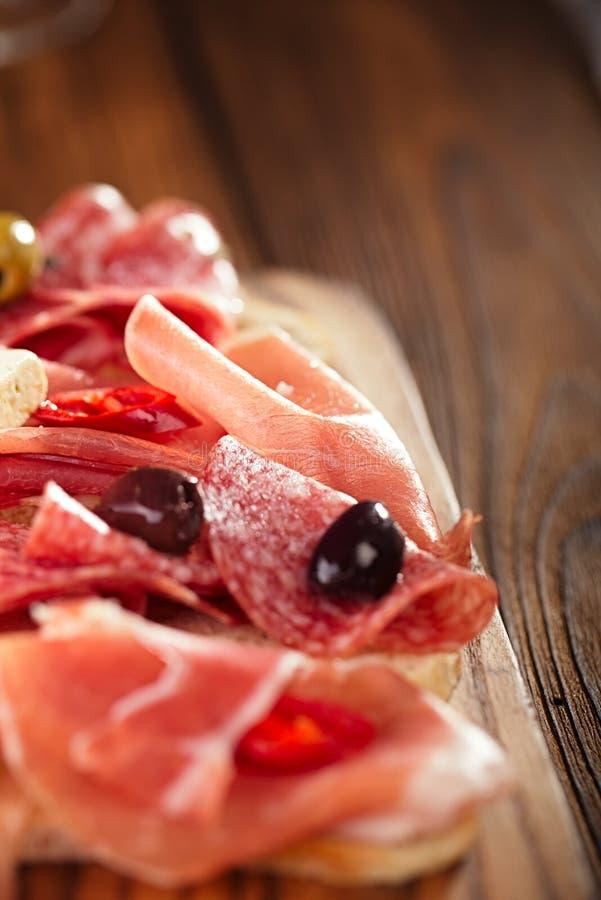 Antipastiuppläggningsfat av Cured kött, jamon, oliv, korv, salam royaltyfri bild